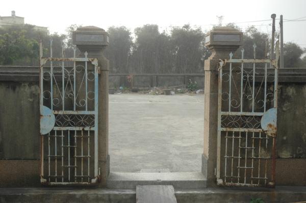 0122 054-古意的鐵門.jpg