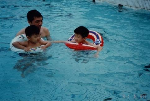 哥哥弟弟學游泳.jpg