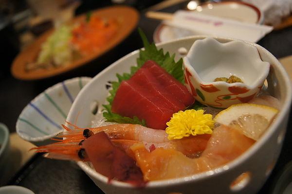 生魚片,種類有鮪魚、甜蝦、帆立貝及赤貝,其中的甜蝦甜到好像在吃糖