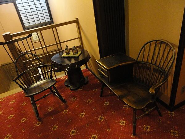 樓梯間的躺椅,坐起來超舒服