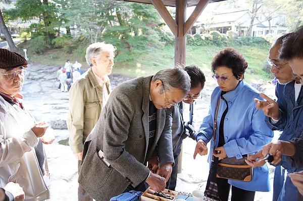 日本遊客一邊吃著我們的麻糬一邊對我們投以羨慕的眼光,因為只有我們有免費再來一盒的待遇