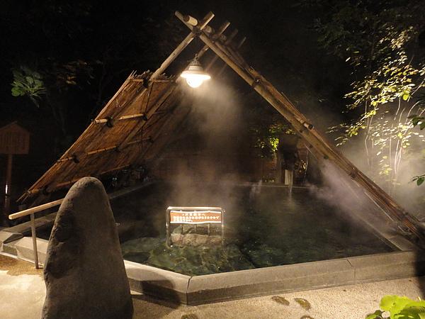 接著往旁邊的「ストーンサークルの湯」移動,造型和「竪穴の湯」有些類似的「ストーンサークルの湯」的最大特色就是湯池旁矗立的兩顆超大石頭