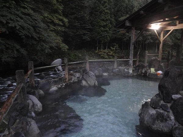 清晨5時天還未全亮的溪流露天風呂散發一股靜鎰神秘的氛圍