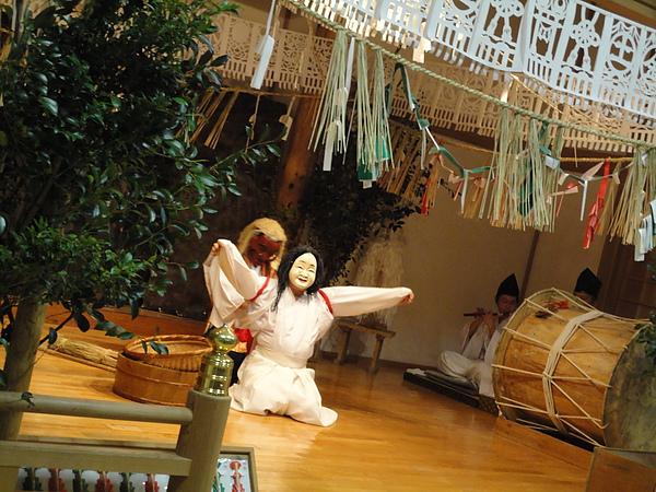 第4段表演是御神體之舞,舞者會下到觀眾席跟觀眾同樂