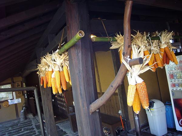 幾乎每間黑川溫泉鄉的旅館都掛有風乾玉米的裝飾品