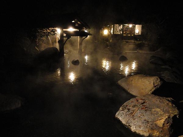 接著我和媽咪偷溜到混浴池「幽谷の湯」