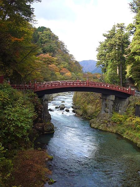 日夜皆有看頭的神橋在每天傍晚至晚上9時會舉行燈照,迷幻的氣氛更增添神橋的魅力