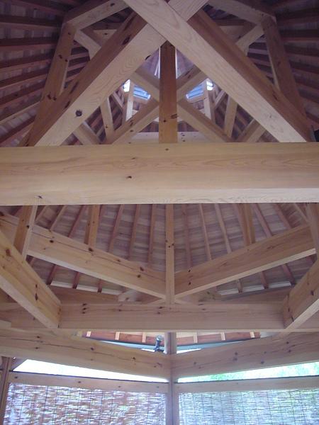 為配合浴池形狀,以南部赤松搭成的「赤松の湯」屋頂亦設計成八角造型