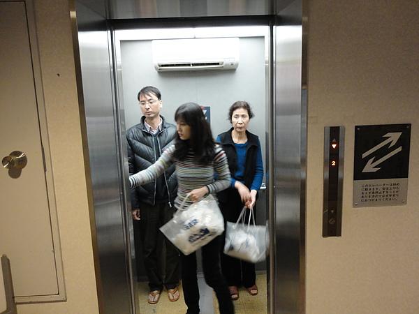 這個電梯很特別,不是上下走而是斜著走的斜行電梯