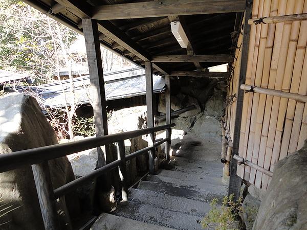 穿過長廊後,還要再走一段階梯