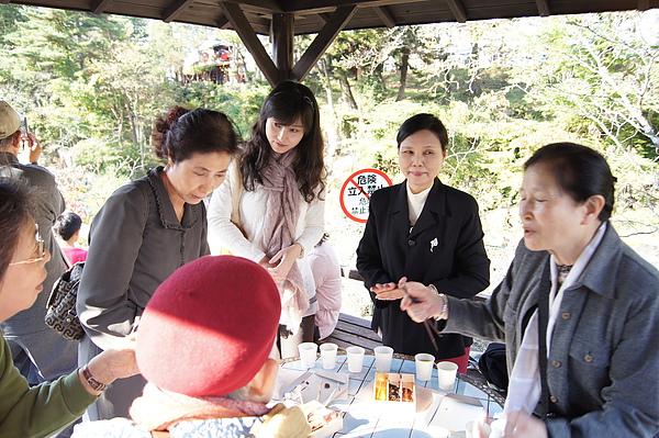 雖然麻糬非常好吃,無奈我們肚皮都快撐破了,為免糟蹋店家好意,我們將店家殺必蘇的麻糬和現場日本遊客分享