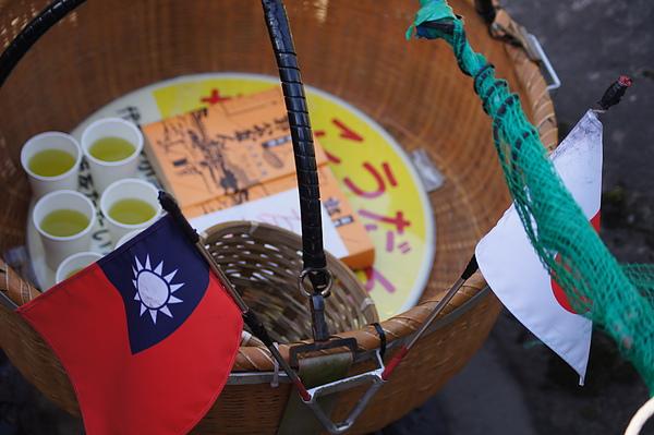 我們點的郭公麻糬和綠茶,店家知道我們是台灣人還特地插上台灣國旗,至於店家從何得知我們是台灣人,我們也是到後來才了解