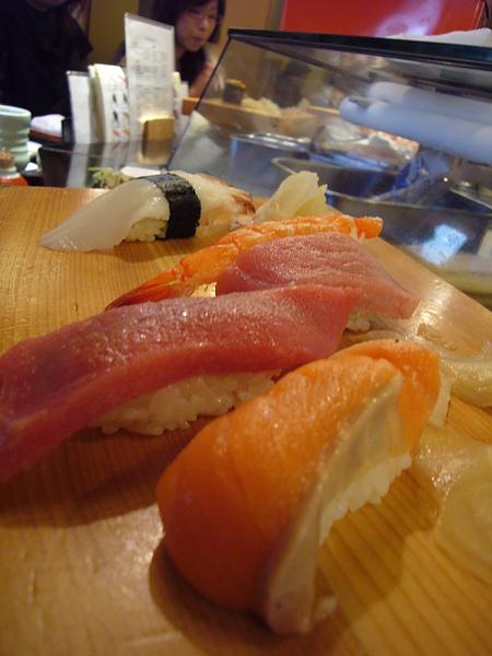 黑鮪魚握壽司、鮭魚握壽司、海老握壽司、花枝握壽司