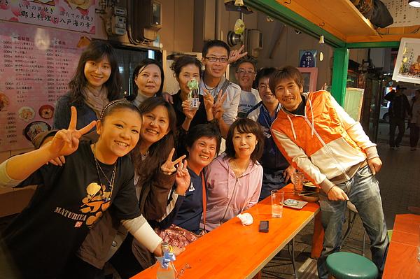 就在我們為美食感動不已之際,居然有一位日本女遊客送了瓶清酒給我們,東北人真是熱情得令人感動