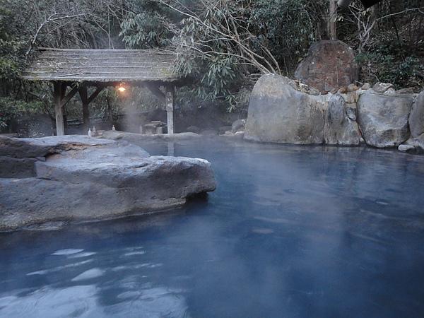 泉質屬於氯化鈉硫酸鈉硫化氫泉