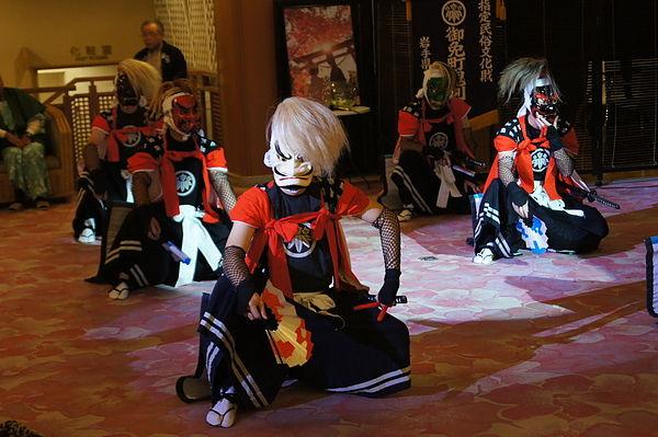 鬼劍舞是為了撫慰死去祖先的靈魂而編創,後來在武士出征或者平安歸來時,人們也會跳起這種舞蹈