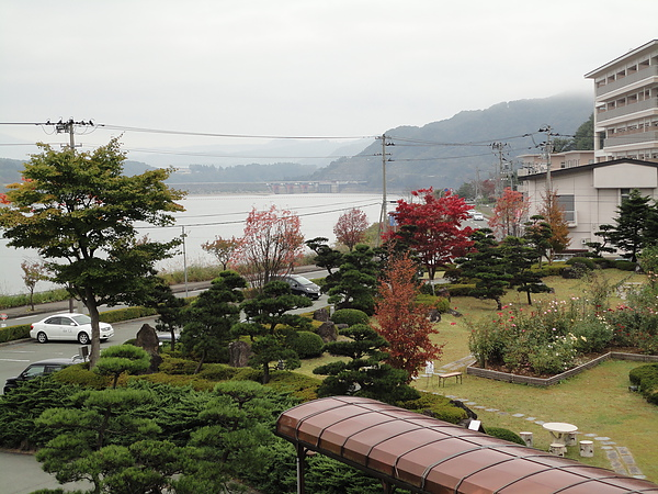 站上「檜の湯」旁小階梯所見的御所湖美景