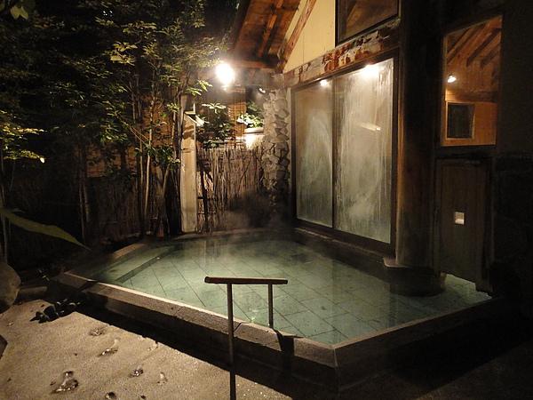 「打たせ湯」,除了開闊的浴池外另設有沖打湯設備