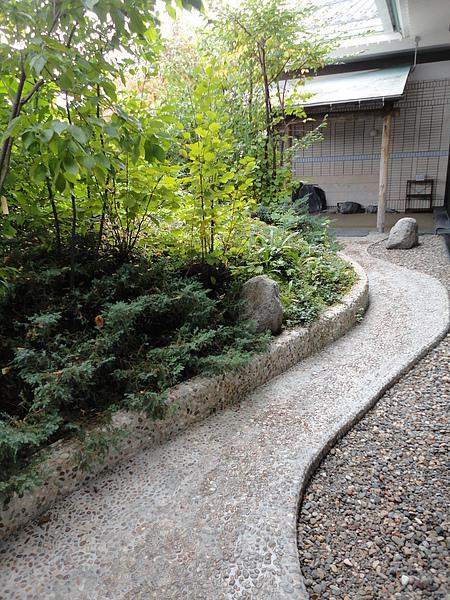 「ひとりじめの湯」當日的女湯為「檜の湯」,這是「檜の湯」前溫泉小徑,佈滿碎石的小徑走來有點類似健康步道