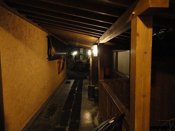 休息過後我們準備泡「山みず木」的特色風呂,這是湯屋前換泡湯拖鞋的地方