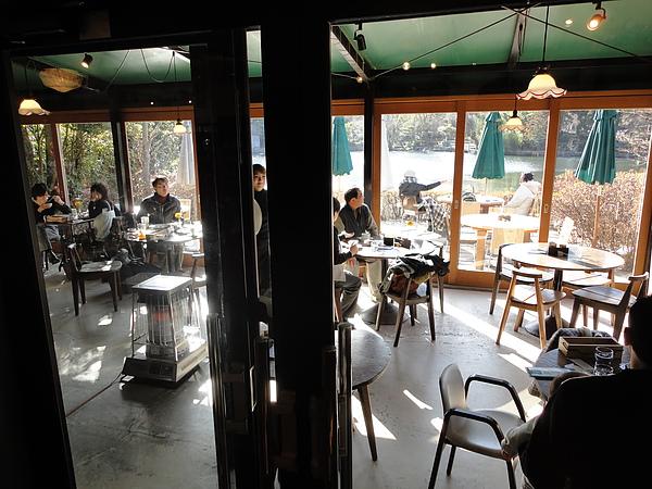 「Cafe La Ruche」是一間很有設計感的咖啡店,店內裝潢予人時尚明亮的感覺