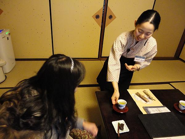 日本女生真厲害,居然從頭到尾跪在塌塌米上解說,我們連伸直腳坐著都覺得腰痠背痛