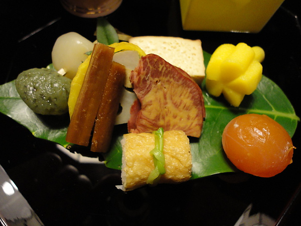 其中最特別的是正中央的燻馬舌,繼仙台的牛舌後,這次居然吃到馬舌,馬舌吃起來入口即化,很讚
