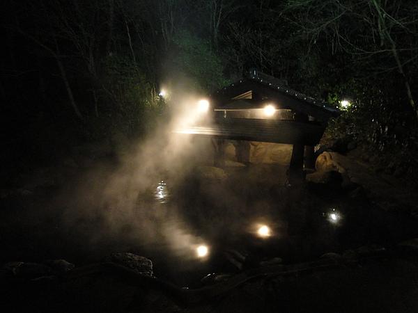 由於天色太暗看不清楚,森の湯旁就是溪谷和瀑布,一邊泡湯一邊聽著潺潺的水聲,好愜意阿