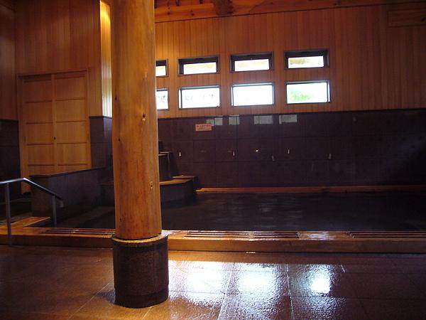 當日「南部曲り家の湯」男湯則為「赤松の湯」,這是充滿低調奢華感的「赤松の湯」室內風呂