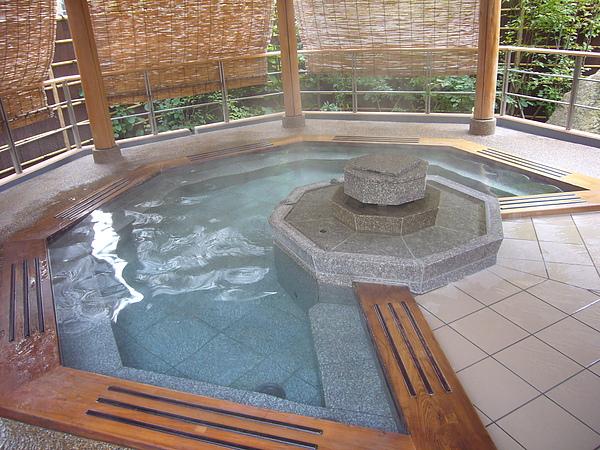 泡完「赤松の湯」內湯後老公公轉往特殊八角造型的「赤松の湯」露天風呂