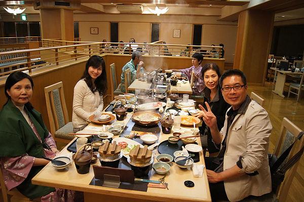 食物多到桌面都快擺不下了,後來服務生只好等我們吃完一道再上另一道