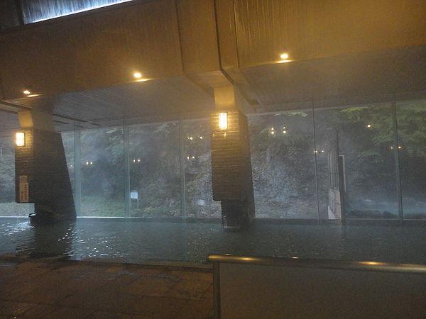 「天河の湯」內風呂,這是繼黑川溫泉鄉黑川莊的內湯後,我泡過第二漂亮的內湯,只可惜溫泉霧氣太重,完全拍不出它獨特的優美造型