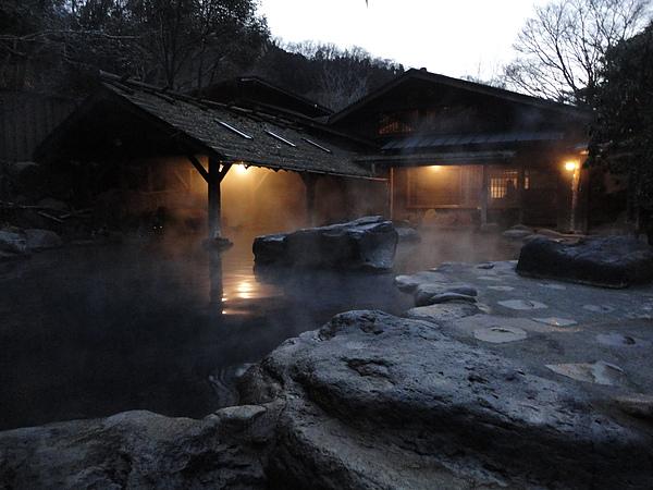 由於露天浴池通風良好,泡再久也不會覺得過熱,於是我們從天亮泡到天黑