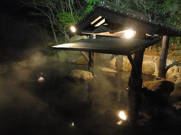 晚上的森の湯透著一股靜鎰又浪漫的氣氛