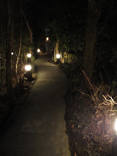 看到森の湯的燈籠後,還要走上一段路才能到達湯池