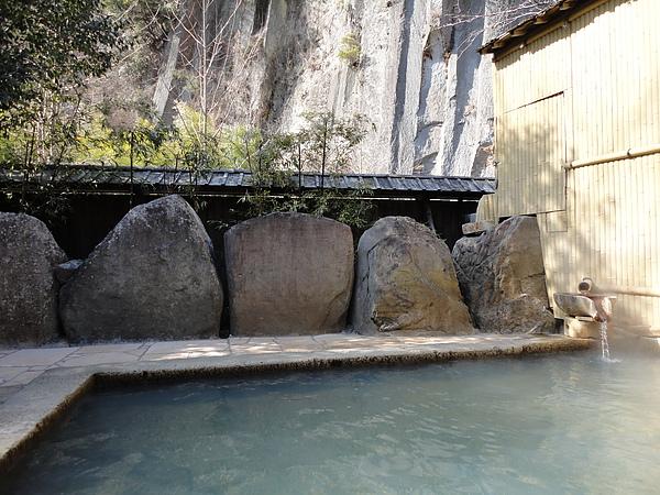 「切り石露天風呂」以擁有黑川最大巨石的浴池聞名