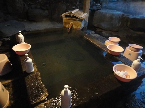 仙人風呂的沖洗處設在室外,所以常看到一群女人沖洗後,以百米的速度衝回室內,就怕不小心著涼了