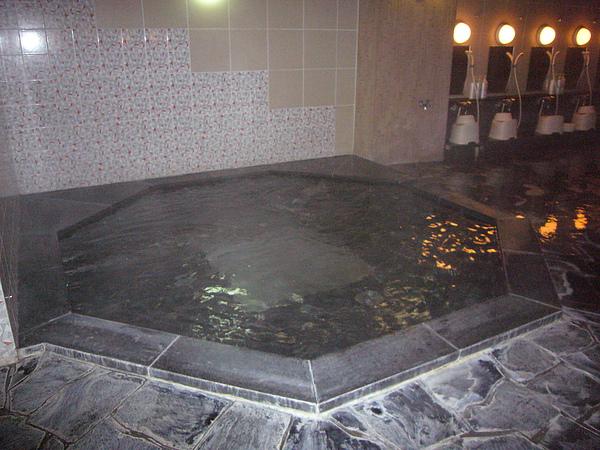 浴場內的冷泉,這麼冷的天氣估計沒人敢嘗試吧