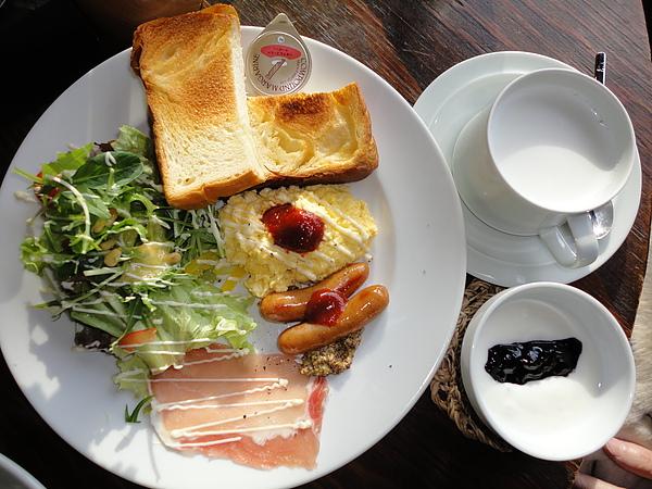 豐盛的早餐,每一樣都很好吃,尤其是烤吐司,鬆軟的口感和丹麥吐司有點像,塗上奶油後簡直好吃到不行