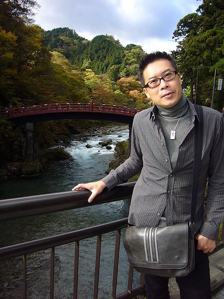 走神橋要付300日圓的過橋費,我們因前一天被颱風打亂了行程,沒有多餘的時間去體驗,只好在遠處和優美的橋身合影留念