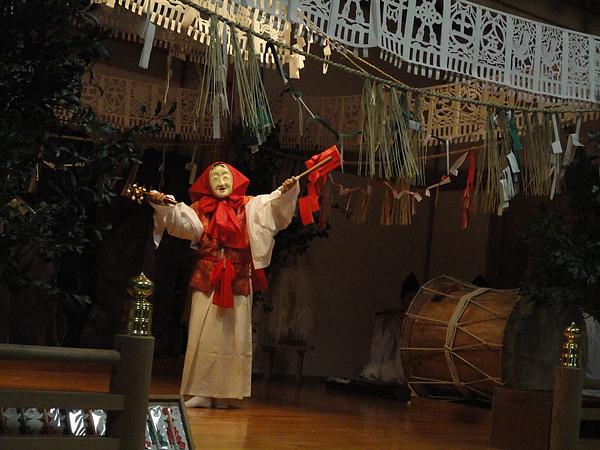 為引出天照大神,眾神指派能歌善舞的天鈿女命到洞穴前表演歌舞