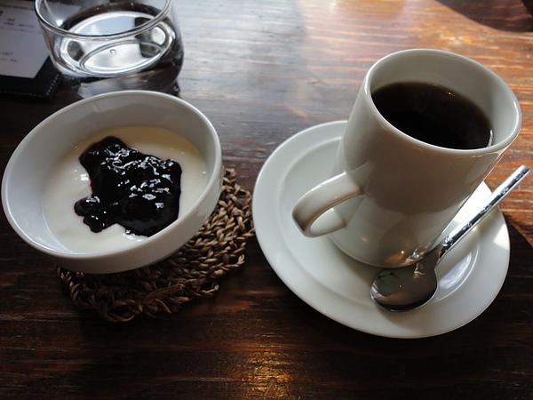 藍莓優格和咖啡,藍莓醬吃得到整顆新鮮的藍莓又不會過酸,很好吃