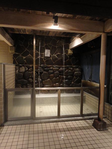 內風呂中的沖打湯,怕癢的我每次嚐試沖打湯時都得過個2、3分鐘才有辦法適應水柱打在身上的麻癢感受