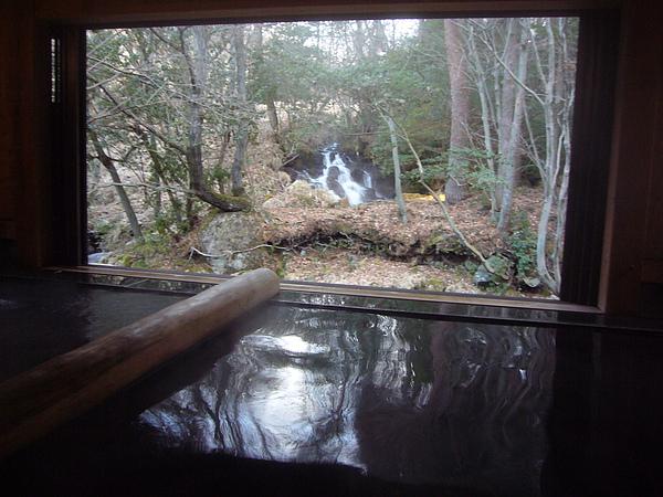 接著往「風人の湯‧石」移動,這是內湯中我的最愛,一邊泡湯一邊欣賞瀑布美景,真的好幸福