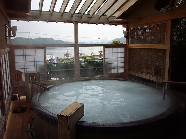 除了夢幻泉色外,浸泡在「絹の湯」中還能清晰的飽覽御所湖美景