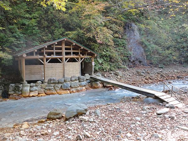 我們首先前往混浴池「女の湯」,要泡湯前得先通過僅能容納一人的超窄吊橋,是個神祕且充滿趣味的湯池