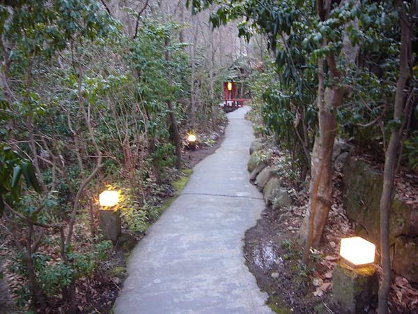 通往湯屋的小徑,晚上走起來很有氣氛,白天則是多了股浪漫的感覺