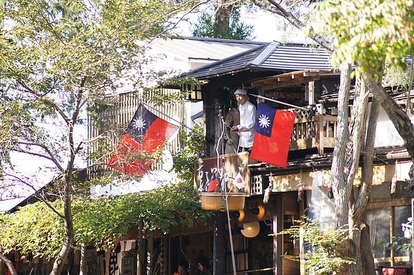 而且接下來即使是日本遊客點餐,籃子上也始終掛著台灣小國旗