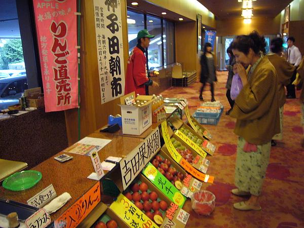 泡完湯後我們轉往「愛真館」大廳,每早在「愛真館」大廳都有水果攤商組成的小型朝市可逛
