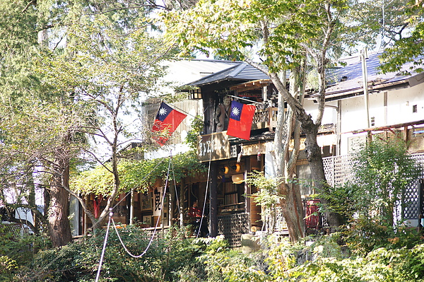 可愛的店家後來居然掛出兩面大的台灣國旗